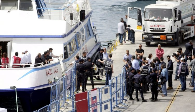 8abr2016—imigrantes-e-refugiados-que-estavam-na-grecia-sao-escoltados-por-policiais-no-desembarque-no-porto-na-cidade-costeira-dikili-na-turquia-um-acordo-entre-uniao-europeia-e-turquia-entrou-em-1460